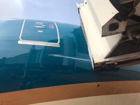Máy bay Boeing 787-10 của Vietnam Airlines quẹt cầu ống dẫn khách - Ảnh 1.