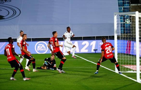 Ramos lập siêu phẩm đá phạt, Real Madrid trở lại đầu bảng - Ảnh 1.
