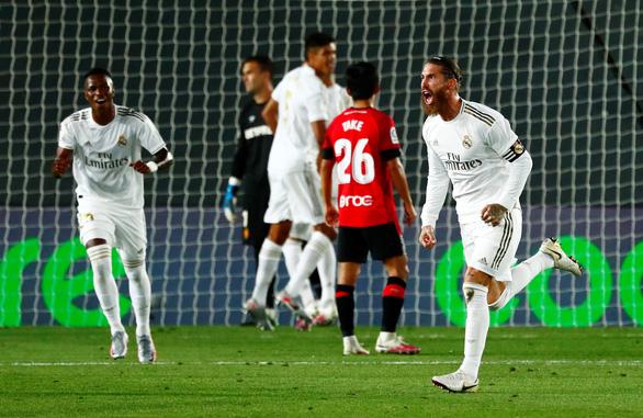 Ramos lập siêu phẩm đá phạt, Real Madrid trở lại đầu bảng - Ảnh 2.