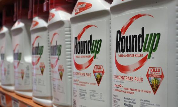 Công ty mẹ của Monsanto chi gần 11 tỉ USD giải quyết vụ kiện thuốc diệt cỏ gây ung thư - Ảnh 1.