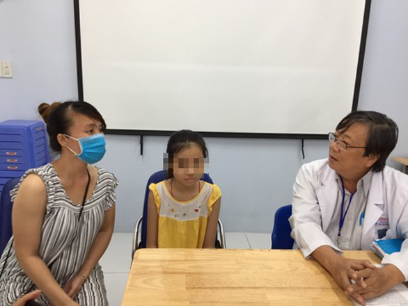 5 giờ căng thẳng phẫu thuật cứu bé gái bị u phế quản, chỉ còn 1 lá phổi - Ảnh 1.