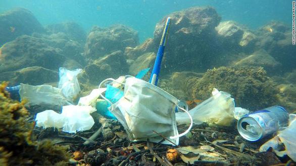 Rác khẩu trang, găng tay bơi đầy đại dương - Ảnh 2.