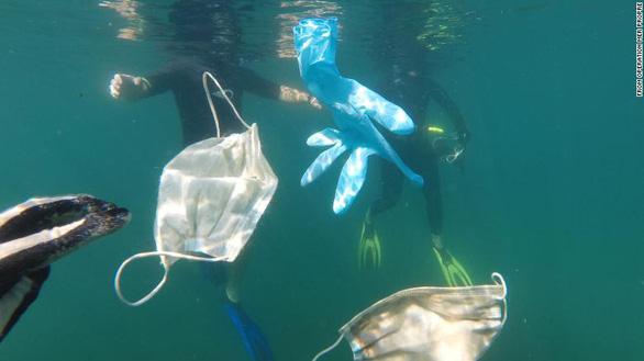 Rác khẩu trang, găng tay bơi đầy đại dương - Ảnh 1.