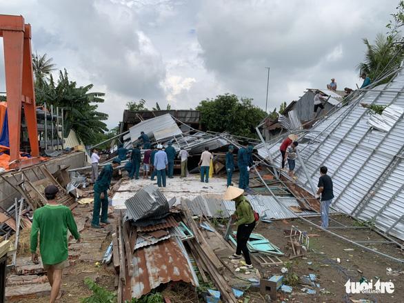 Dông lốc làm 171 căn nhà dân bị sập và tốc mái, người dân phải ngủ nhờ - Ảnh 1.