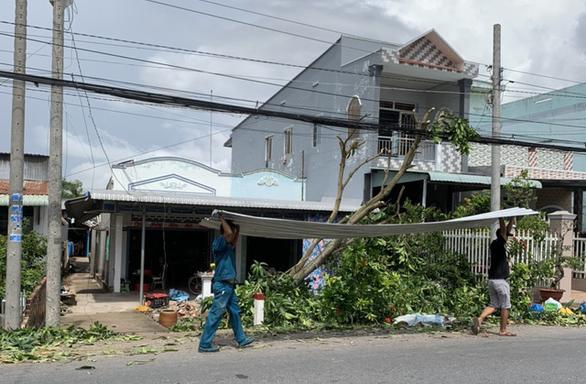 Dông lốc làm 171 căn nhà dân bị sập và tốc mái, người dân phải ngủ nhờ - Ảnh 2.
