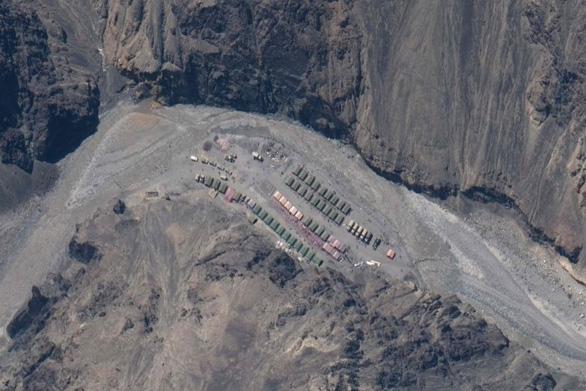 Ảnh vệ tinh lộ ra các công trình sát biên giới với Ấn Độ của Trung Quốc tăng ồ ạt - Ảnh 1.
