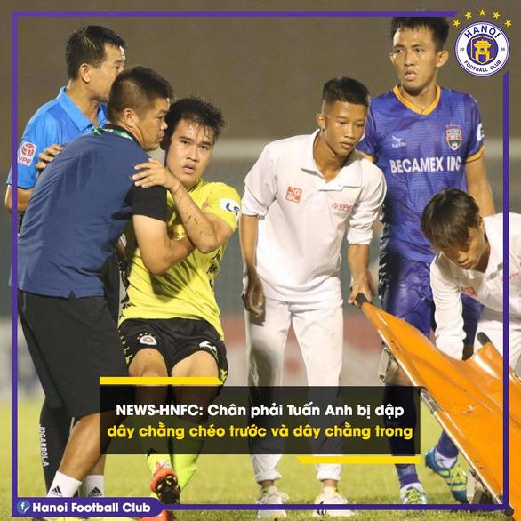 Cầu thủ Hà Nội FC bị ném lên cáng ở sân Bình Dương dính chấn thương nghỉ 1 tháng - Ảnh 1.