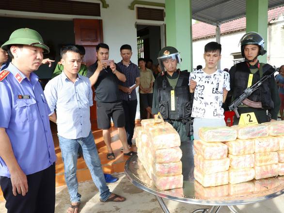 Bị truy đuổi, người ngồi trên ôtô vứt 2 balô chứa 31kg ma túy đá xuống đường - Ảnh 1.