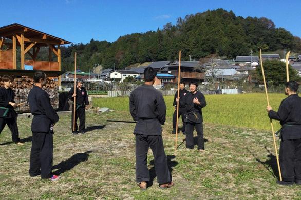 Ninja đời mới ở Nhật đã có bằng Thạc sĩ - Ảnh 2.