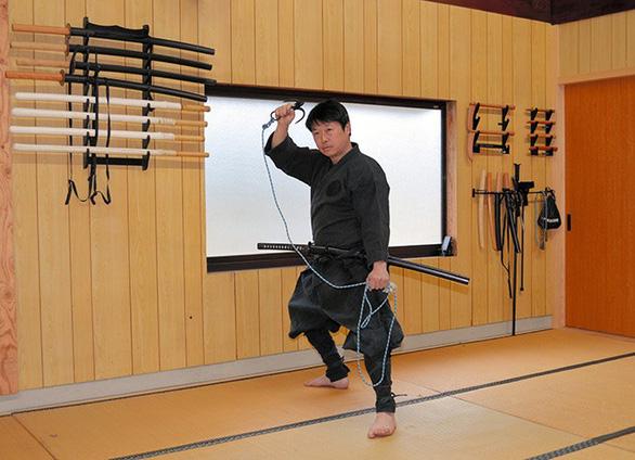 Ninja đời mới ở Nhật đã có bằng Thạc sĩ - Ảnh 1.