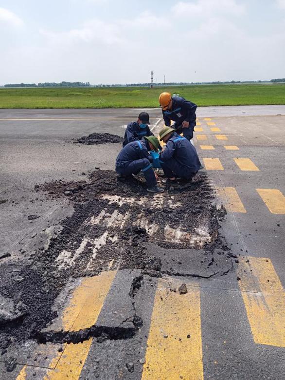 Liên tục phát hiện điểm nứt vỡ trên đường lăn sân bay Nội Bài - Ảnh 2.