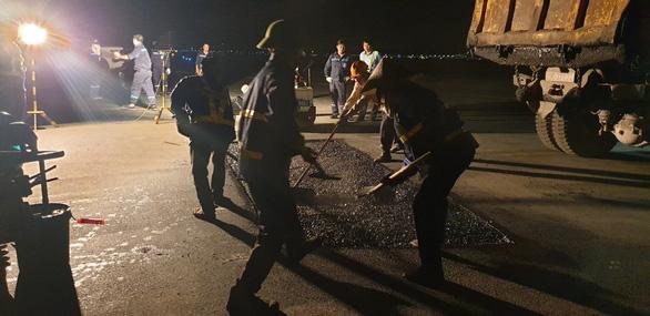 Liên tục phát hiện điểm nứt vỡ trên đường lăn sân bay Nội Bài - Ảnh 1.
