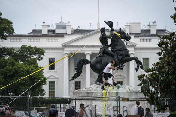 Ông Trump ký sắc lệnh bảo vệ các tượng đài, di tích - Ảnh 2.