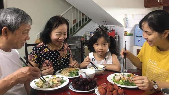 Bữa cơm gia đình trời Tây và Á Đông thời COVID-19 - Ảnh 1.
