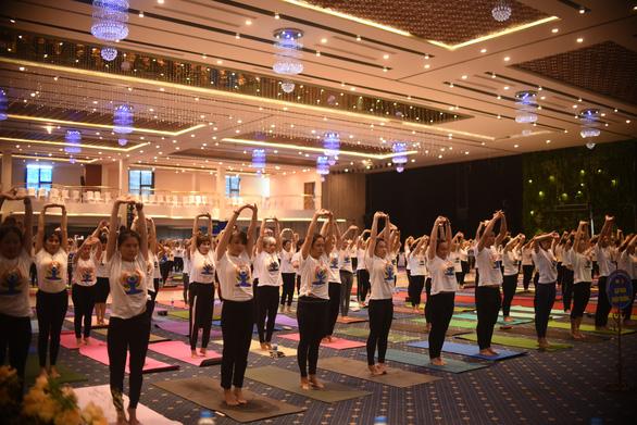 Hơn 600 người cùng tham gia tập YOGA tại Phú Yên - Ảnh 2.