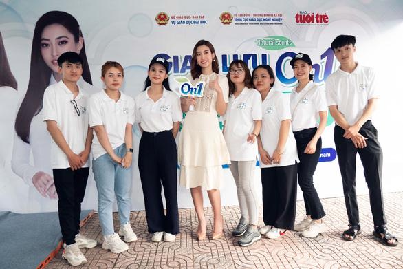 Hoa hậu Đỗ Mỹ Linh và Lương Thùy Linh giao lưu tại Ngày hội tư vấn tuyển sinh hướng nghiệp 2020 - Ảnh 2.