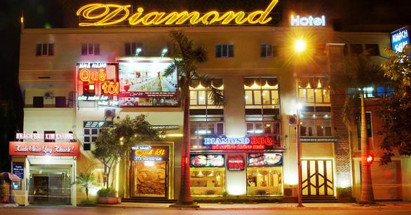 Chủ khách sạn ở trung tâm TP Thái Bình chết trong tư thế treo cổ - Ảnh 1.