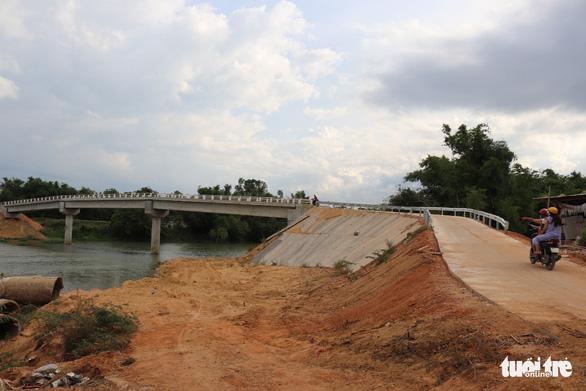 Đã lắp lan can cho cầu 10 tỉ xây xong dân sợ không dám đi - Ảnh 3.