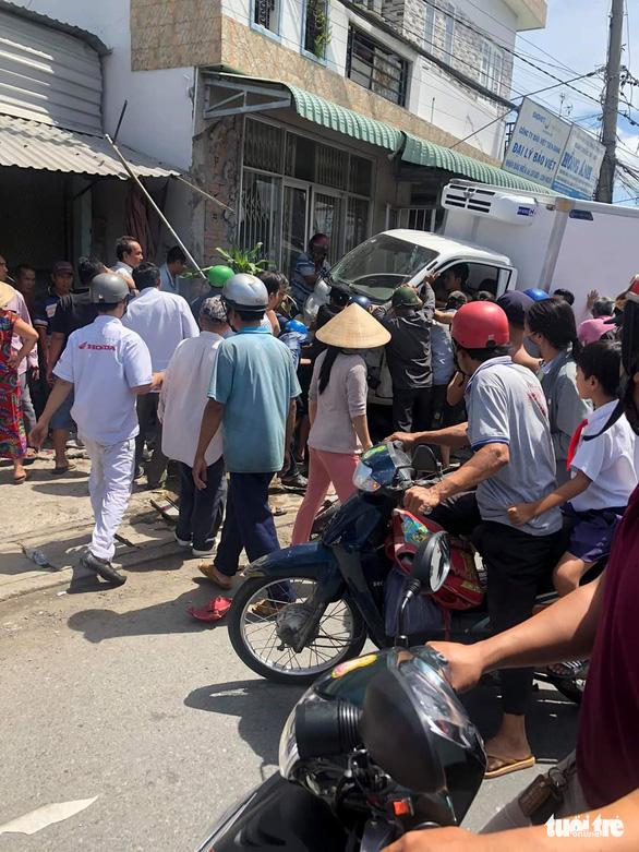 Xe khách tông xe tải, xe tải tông thêm nhiều xe trên quốc lộ, 1 người chết - Ảnh 4.