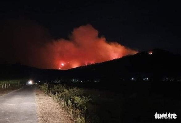 Cháy rừng lan ra 3 huyện, cả ngàn người dập lửa - Ảnh 2.