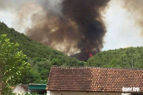 Cháy rừng lan ra 3 huyện, cả ngàn người dập lửa - Ảnh 3.