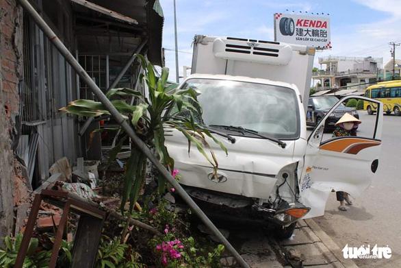 Xe khách tông xe tải, xe tải tông thêm nhiều xe trên quốc lộ, 1 người chết - Ảnh 5.