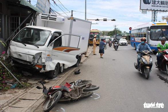 Xe khách tông xe tải, xe tải tông thêm nhiều xe trên quốc lộ, 1 người chết - Ảnh 1.