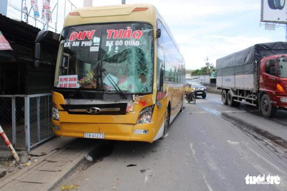 Xe khách tông xe tải, xe tải tông thêm nhiều xe trên quốc lộ, 1 người chết - Ảnh 2.