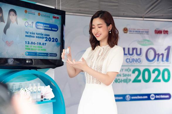 Hoa hậu Đỗ Mỹ Linh và Lương Thùy Linh giao lưu tại Ngày hội tư vấn tuyển sinh hướng nghiệp 2020 - Ảnh 3.
