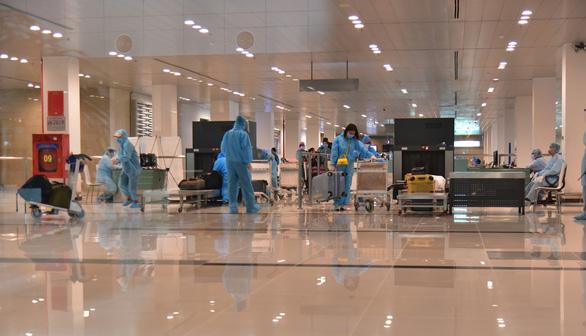 310 công dân từ Singapore hạ cánh sân bay Cần Thơ - Ảnh 1.