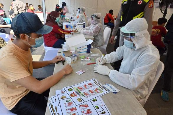 Bình thường mới ở Indonesia: cướp xác bệnh nhân, tiệc tùng và chống xét nghiệm - Ảnh 1.