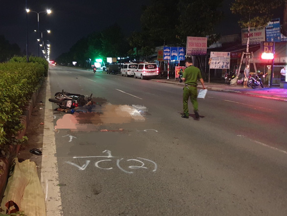 Đôi nam nữ đi xe máy chết giữa đường, truy tìm ôtô lớn liên quan - Ảnh 1.