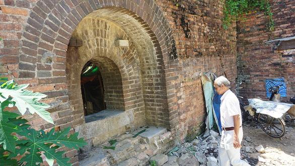 Giải tỏa khu thượng thành Huế, bất ngờ xuất lộ một chiếc cổng gạch tuyệt đẹp - Ảnh 1.