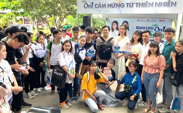 Hoa hậu Đỗ Mỹ Linh khuyên học sinh sống với đam mê, chọn ngành học yêu thích - Ảnh 2.