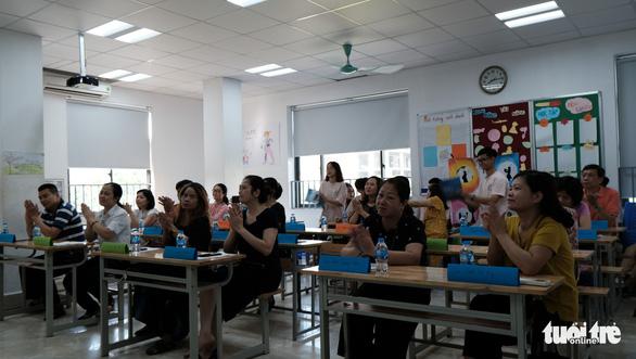 Buổi họp phụ huynh đặc biệt: MC song ngữ, cô giáo thành khách mời - Ảnh 1.