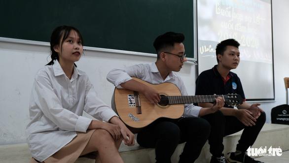 Buổi họp phụ huynh đặc biệt: MC song ngữ, cô giáo thành khách mời - Ảnh 2.