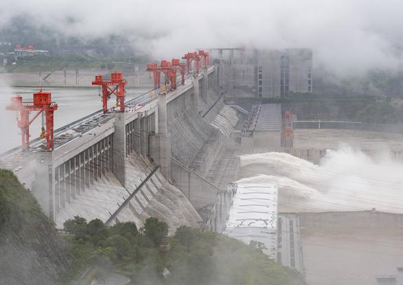 Cảnh báo mưa to 28 ngày, đập Tam Hiệp chính thức xả lũ - Ảnh 2.