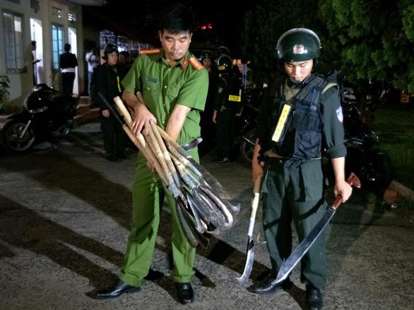Hai nhóm hơn 50 thanh niên rượt đuổi, chém nhau với dao rựa, bom xăng trong đêm - Ảnh 3.