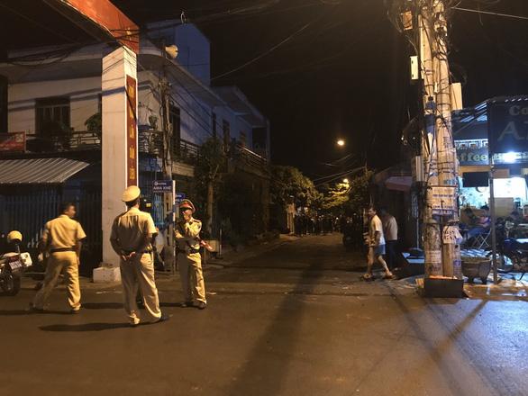 Hai nhóm hơn 50 thanh niên rượt đuổi, chém nhau với dao rựa, bom xăng trong đêm - Ảnh 1.