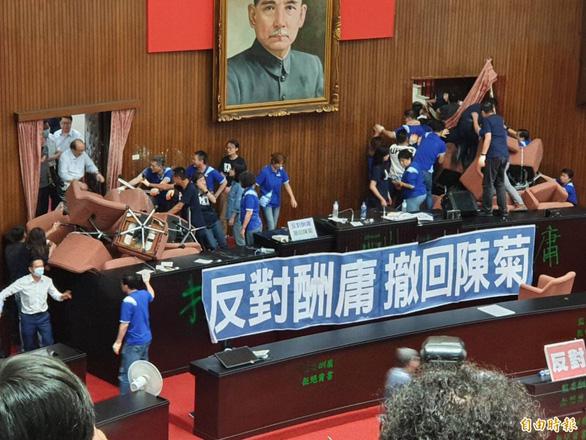 Đảng thân Bắc Kinh chiếm cơ quan lập pháp ở Đài Loan, ẩu đả nổ ra - Ảnh 2.