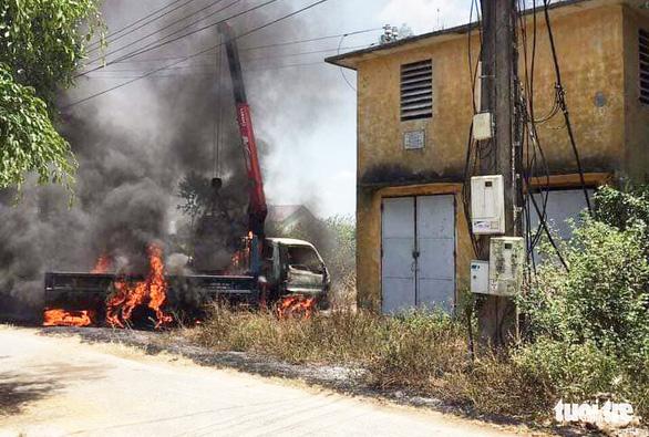 Tài xế chết cháy trong xe cẩu vướng dây điện - Ảnh 1.