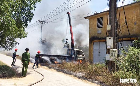 Tài xế chết cháy trong xe cẩu vướng dây điện - Ảnh 2.