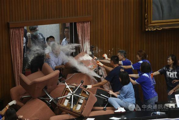 Đảng thân Bắc Kinh chiếm cơ quan lập pháp ở Đài Loan, ẩu đả nổ ra - Ảnh 1.