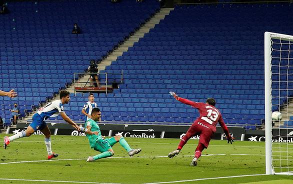 Benzema giật gót điệu nghệ đưa Real Madrid lên đầu bảng - Ảnh 1.
