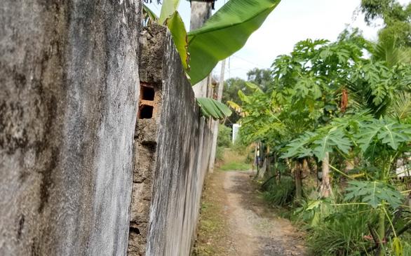 Nơm nớp lo tường cao hơn 3m sập đè người - Ảnh 2.