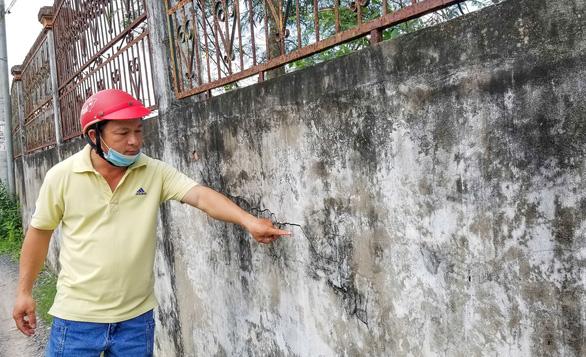 Nơm nớp lo tường cao hơn 3m sập đè người - Ảnh 1.