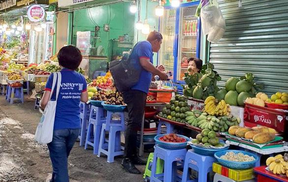 Tiểu thương Sài Gòn từ chị bán chè đến cô bán vải cũng xài QR Code - Ảnh 2.