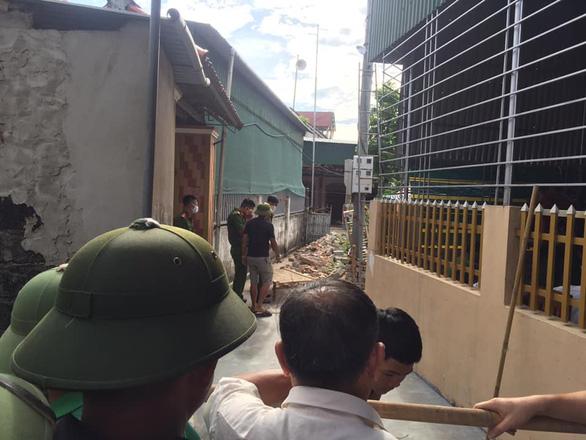 Treo bạt che nắng, 3 người bị điện giật chết tại chỗ - Ảnh 1.
