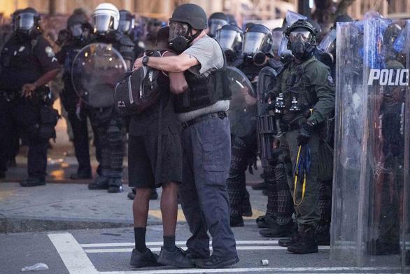 Xuất hiện dân quân chống biểu tình hội của tự trang bị súng ống ở Mỹ - Ảnh 3.
