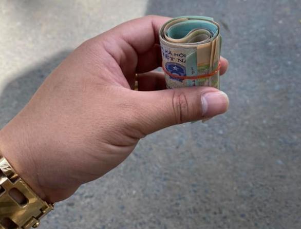 Bật khóc khi được trả lại tiền đánh rơi ở Bệnh viện Chợ Rẫy - Ảnh 1.